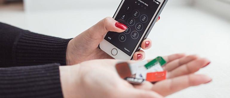 С телефоном и карточками